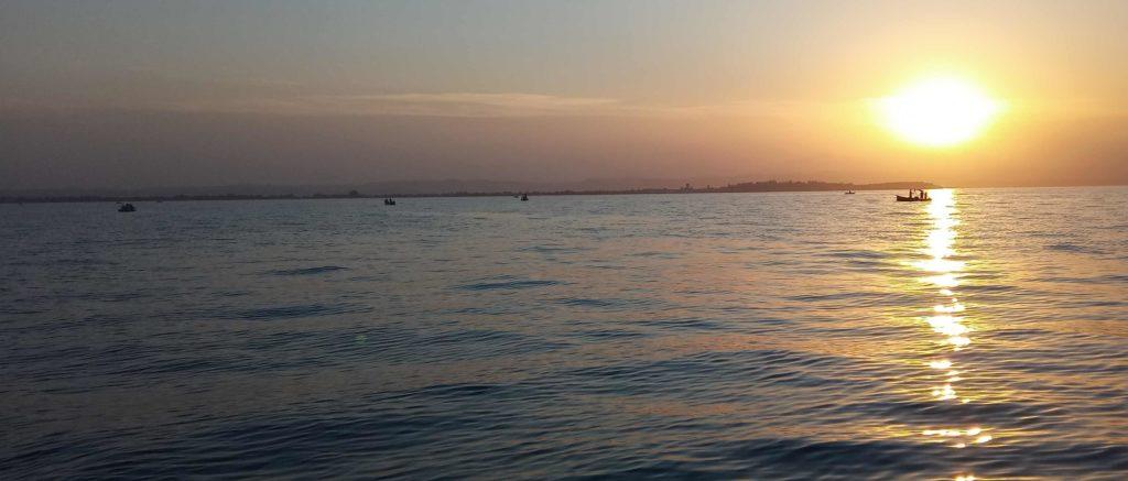 pesca delle sarde al tramonto