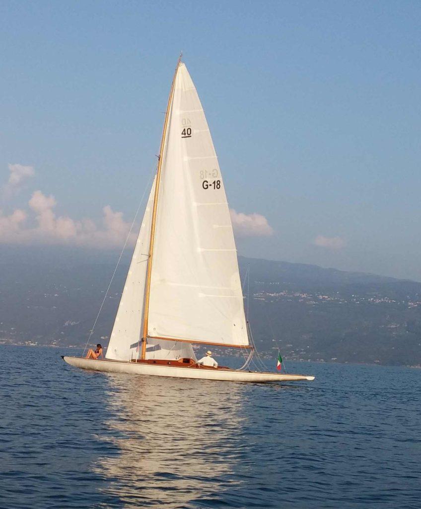 navigazione tranquilla con l'ora a medio lago